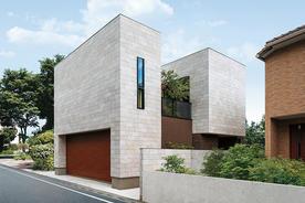 「空中庭園」とつながる2階リビング道路側を閉じ、内部に景色を創り出した家