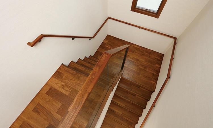 床や壁など手で触れる場所は木やファブリックの素材の質感を味わう