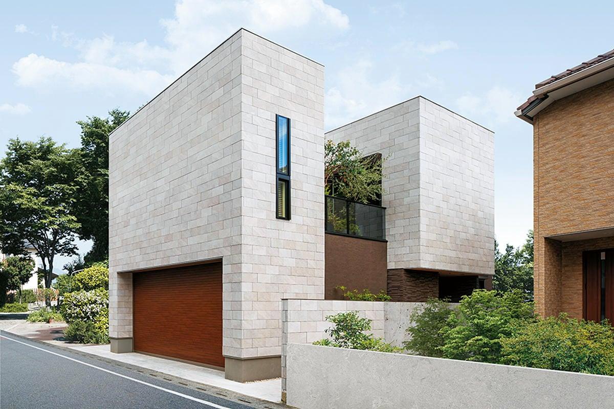 「空中庭園」とつながる2階リビング 道路側を閉じ、内部に景色を創り出した家