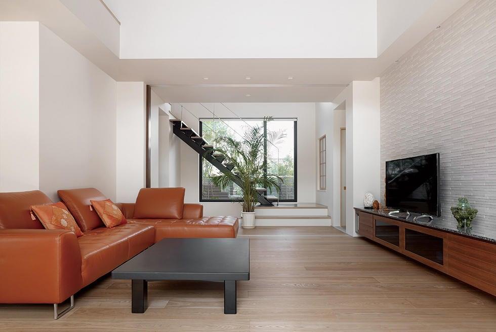 吹き抜けリビングが心地よい開放感あふれる邸宅