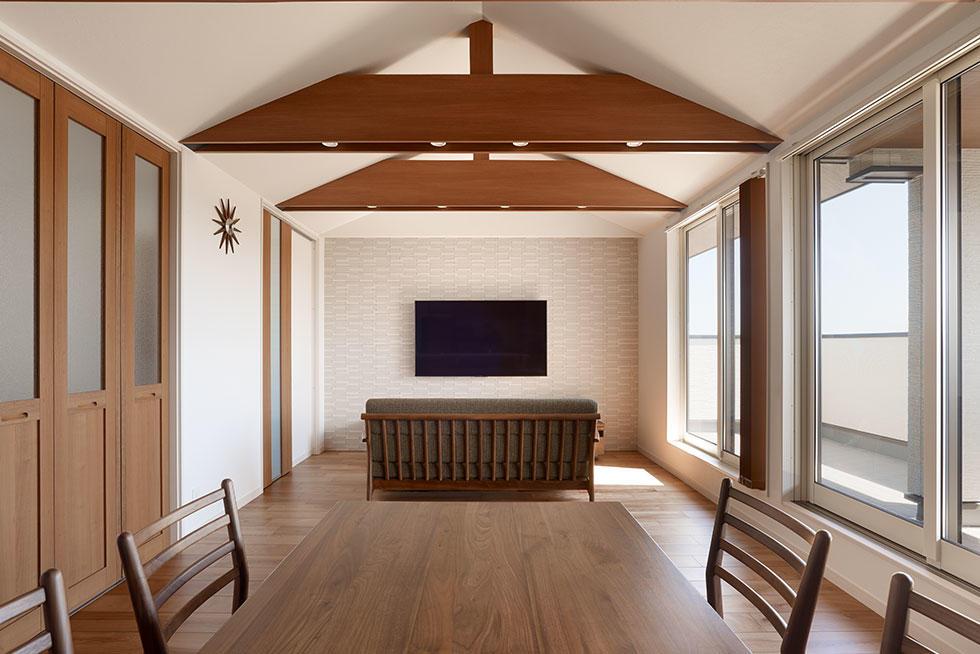 リビング天井の木梁が映える二世帯住宅