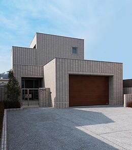 住む人の感性が建物を引き立てるシンプルな空間を生かすオリジナルライフスタイル