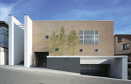 高い壁で囲み、中心にパティオを設けた家