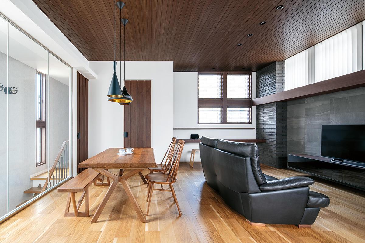 住宅街で視線を気にせず開放的に暮らす 東西南北から光が入る2階リビングの住まい
