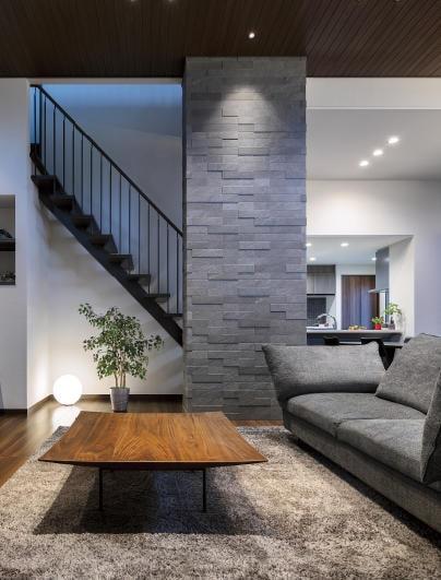 美しい壁がシンボル、家族のくつろぎ空間