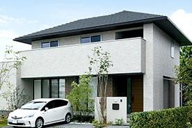 「白」の美が薫るシンプルモダンな家 煌めくタイルや折上げ天井で表情豊かに