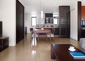 収納充実の対面キッチンを採用した、明るく開放的なLDK
