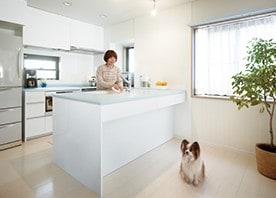 対面キッチンや収納の工夫で驚くほど暮らしやすく快適に