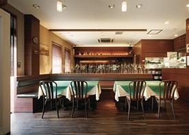 間接照明や印象的な飾りでグレード感を高めたレストラン