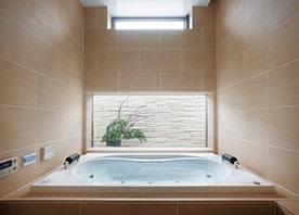 バスルームを増築で新設。ホテルライクな水廻り空間に