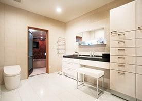 洗面室にランドリー室が続く、機能的な水廻り空間