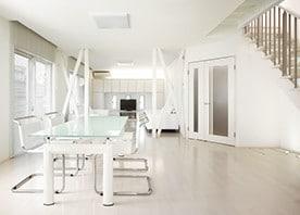 すべて白でまとめたっぷり造作収納。光溢れる空間を実現