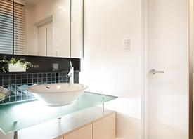 ガラスや照明、造作収納で広々モダンな洗面が誕生