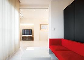 白い空間に、差し色は赤。光あふれるモダンな住まい。