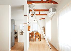 個室と屋根裏収納を合体して生まれた、立体的に広がる子世帯のLDK