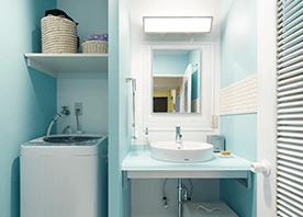 色とタイルで、洗面とトイレをつなぐ
