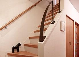 壁をカット! 手摺で魅せる階段をつくる