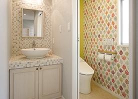 納戸が彩りに満ちたトイレに変身