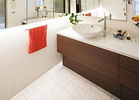 L字型ミラーと照明が織りなす 洗面空間の広がり