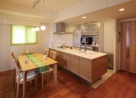 木の温もりを活かしたペニンシュラ型キッチン