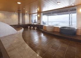 築50年の大浴場を、既存の躯体や窓をいかしながら、時代のニーズに合わせた心地よいデザインに一新