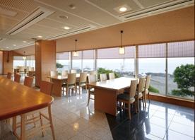 海と料理を主役にした和風モダンな空間に、ホテル内のレストランをリフォーム
