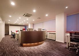 高い天井と大きな開口で開放感いっぱい、リゾート感覚の歯科医院