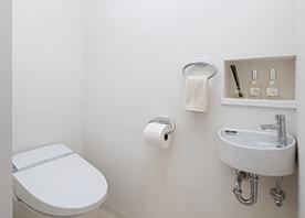 白×白×白。佇まい凛々しいトイレ空間