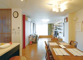 ゲストが集うキッチンを演出する格子の織りなす光と影