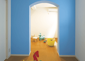 抜けない壁を、部屋のチャームポイントにする