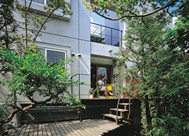 リビングと庭の高低差を埋める2段デッキ