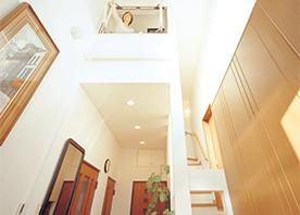 個室を増やして吹き抜けも残す、両者を活かす空間づくり