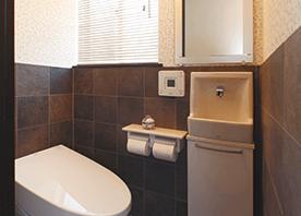【洗面所・トイレ】の実例。「タイル×ガラスで大正ロマン漂う空間」