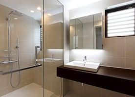総タイル張りのシックなシャワールーム