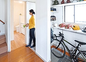 奥行き30cmの拡張で一新! 玄関を彩るディスプレイ収納