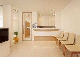 事業継承を機に2階から1階に医院を移設、明るく開放的な空間となりました。