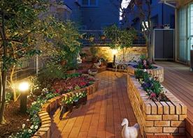 花壇+ウッドデッキで 立体的な庭づくり