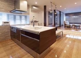 柱や床段差を取り込み多様な生活シーンを生み出すデザイン