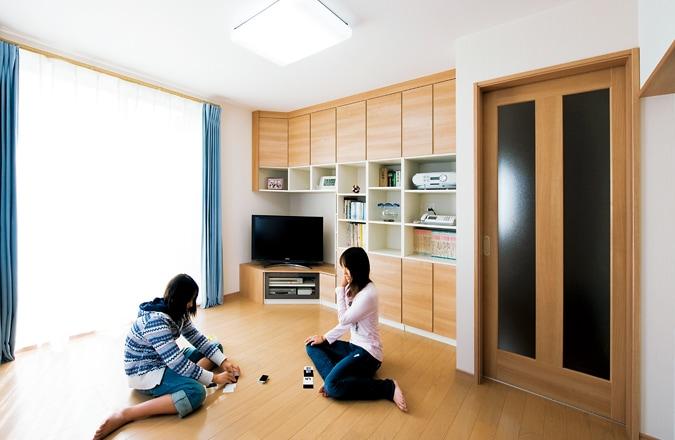 空間をフル活用した造りつけの収納ですっきり広々と。
